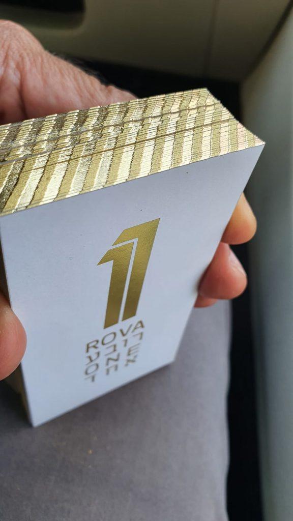 כרטיסי ביקור עם הטבעת זהב וצביעת דופן
