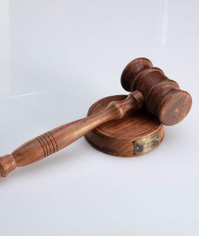 פטיש עץ שופטים ממותג