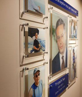 שלט פרספקס הנצחה במשרדים