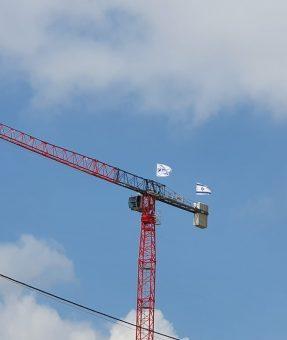 דגלים מודפסים על עגורן