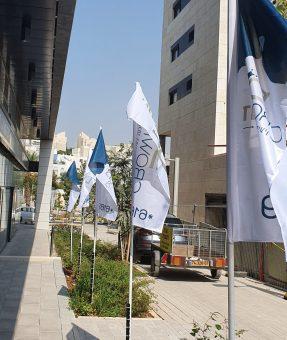 דגלים מודפסים מחוץ למשרד מכירות