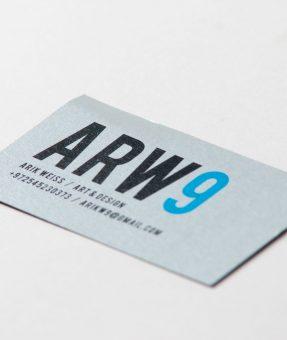 כרטיס ביקור מודפס על נייר כסוף