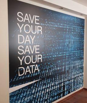 שלט מדבקה על קיר במשרד