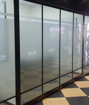 מדבקת התזת חול והתקנה על דלתות זכוכית