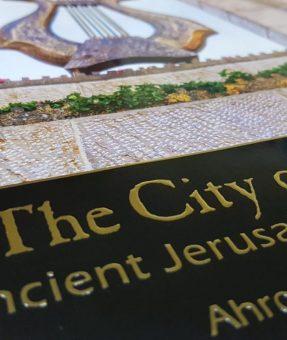 הטבעת זהב על כריכת ספר
