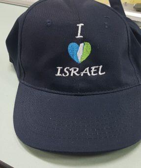 כובע שחור עם רקמה