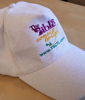 כובע לבן עם רקמה