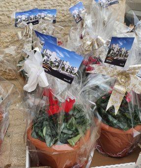 פרחים עם כרטיס מודפס
