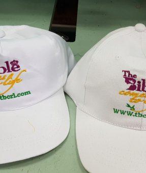 רקמה על כובע לבן