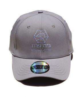 כובע עם סמל רקום